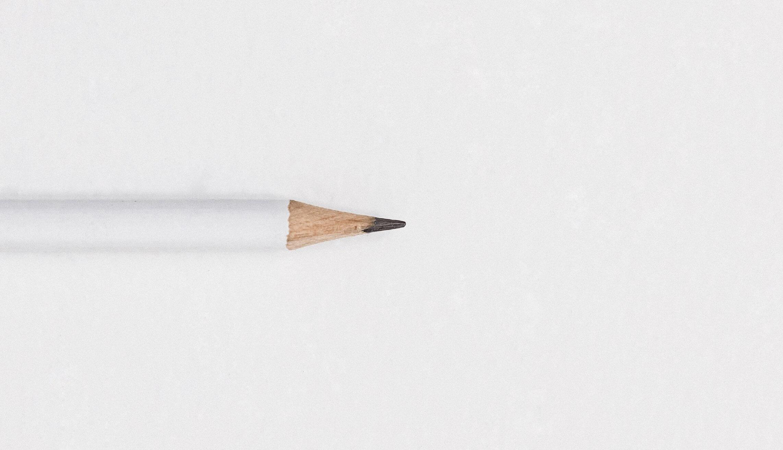 Ein weißer Bleistift auf einem Blatt Papier