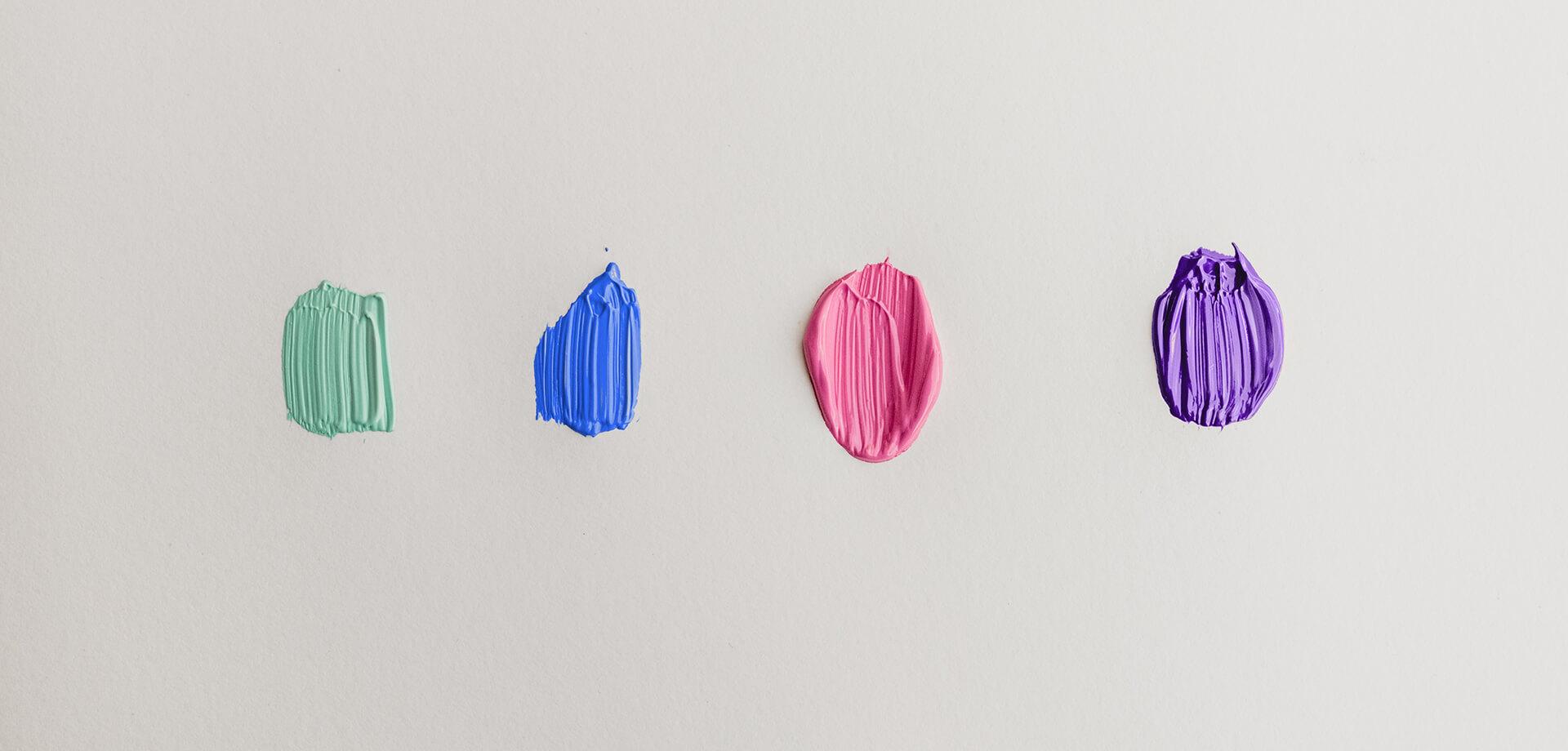Vier Farbkleckse, davon einer in ACAD-WRITE-Blau