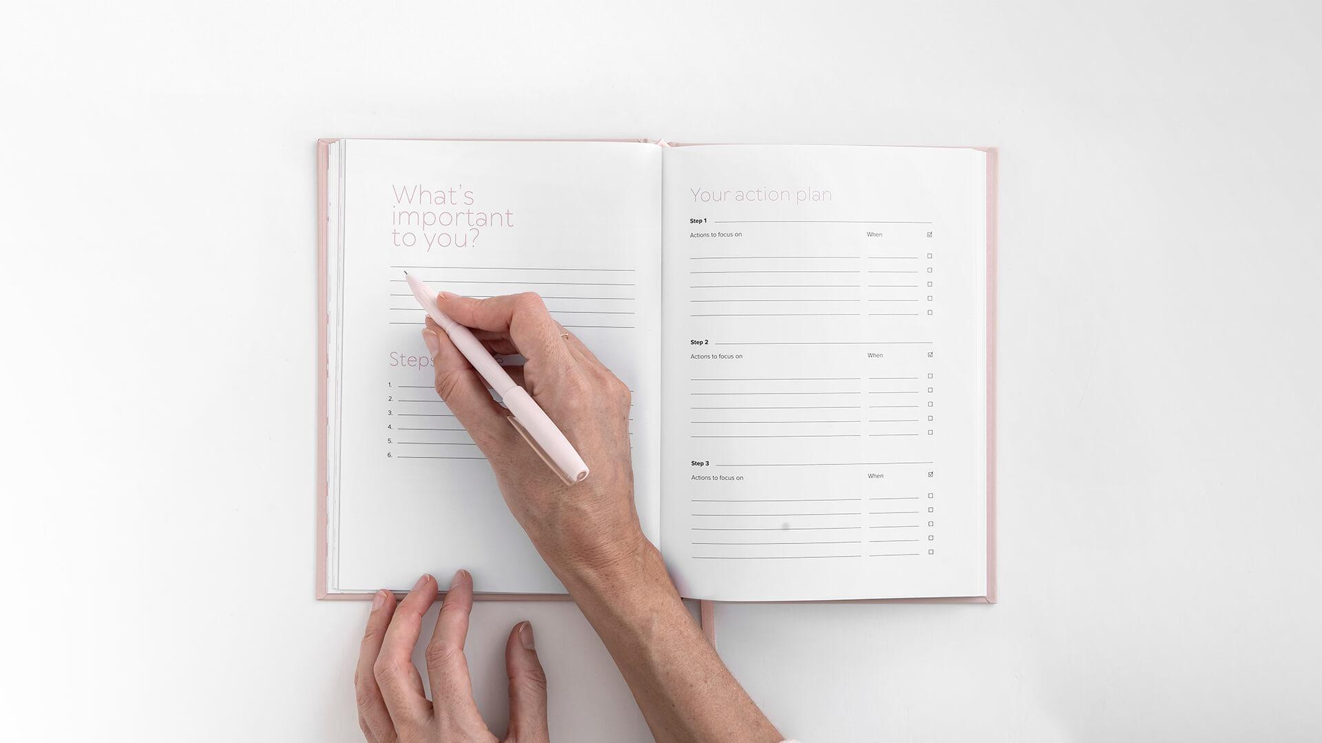 Ghostwriterin macht Notizen in einem Buch