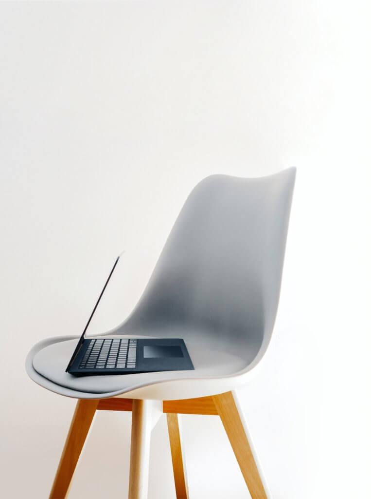 Notebook auf einem Stuhl